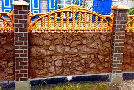 бетонный забор окрашенный в оранжевый цвет