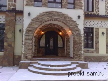 красивый парадный вход в дом в виде арки
