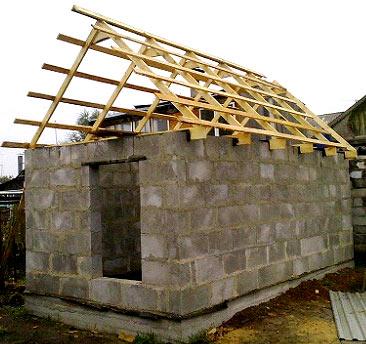 Spuščena streha s streho