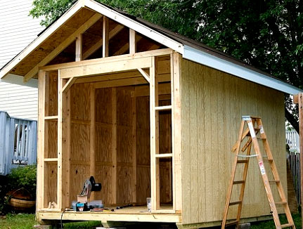 крыша деревянного сарая