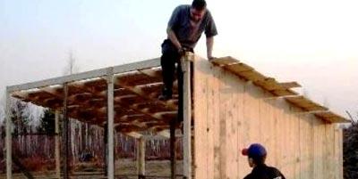 монтаж крыши бытовки