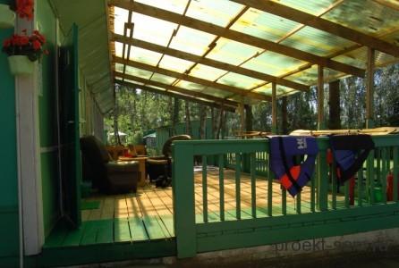 крытая деревянная веранда перед входом в дом
