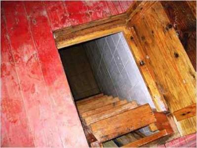 деревянная лестница в погреб