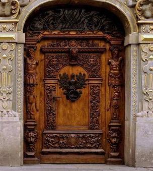 массивные резные двери