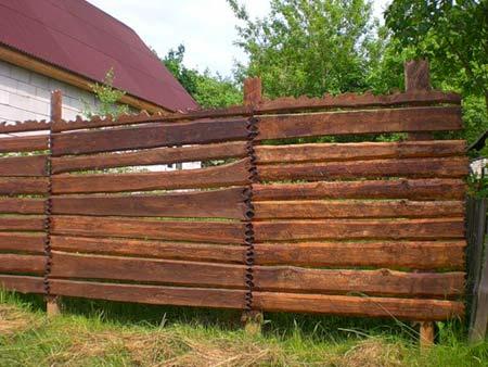 массивный деревянный забор