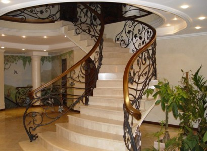 мраморная кованая лестница в доме