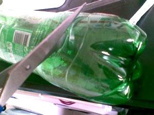 обрезать дно бутылки