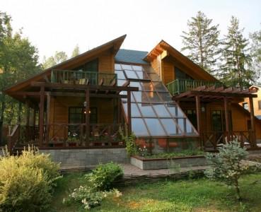 оригинальный одноэтажный деревянный дом с мансардой