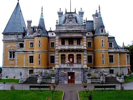 большой дом с башнями