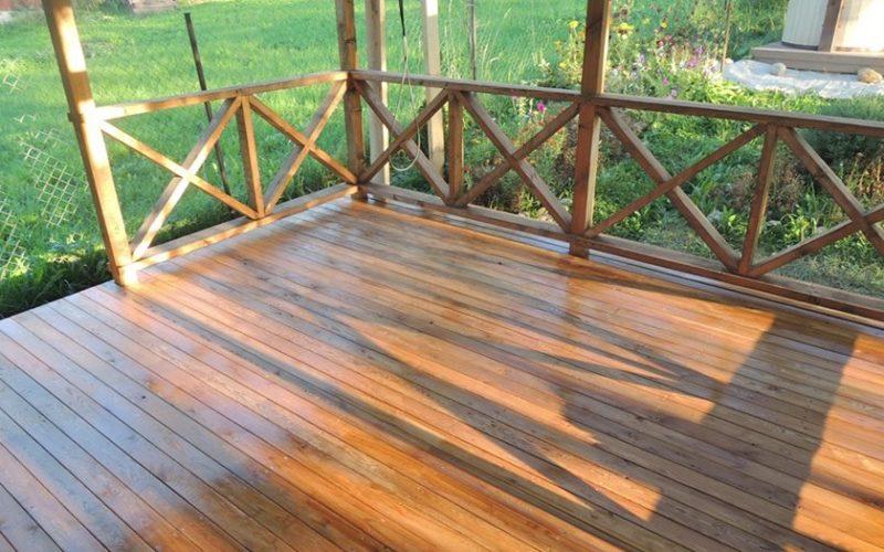 Обработка дерева на дачном участке маслом