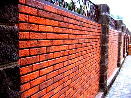 Оригинальный забор из кирпича