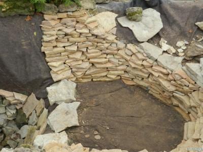 основа дачного пруда из камня