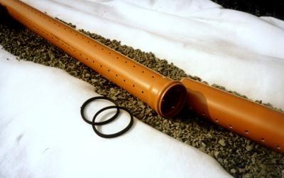 отверстия в дренажной трубе