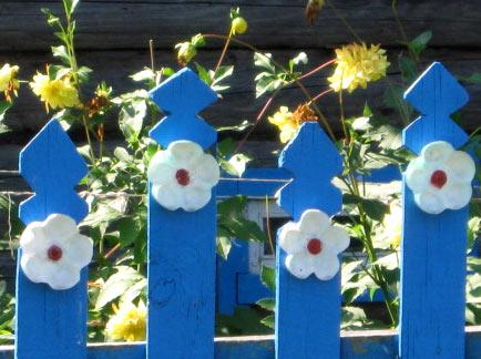пластиковый узор на заборе