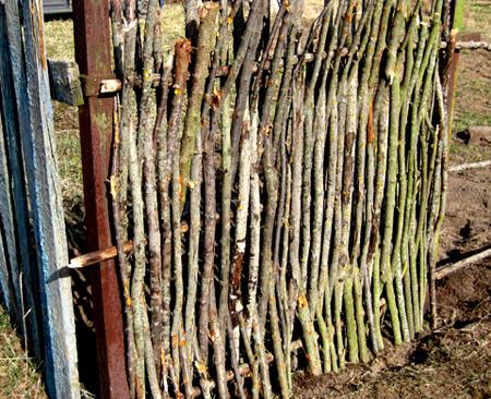 85f596eab0ff29 Как сделать декоративный плетеный забор тын своими руками
