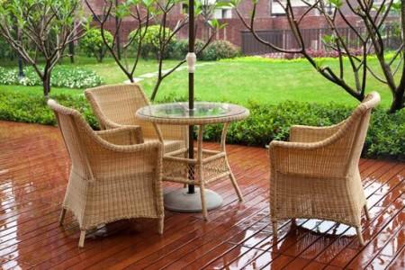 плетеная мебель на террасе