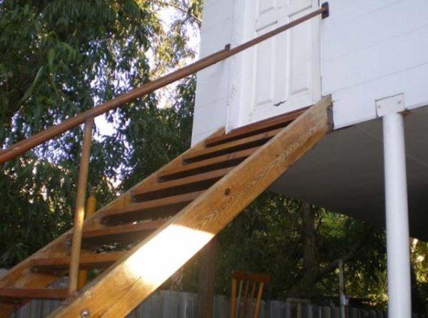 наружная лестница их дерева