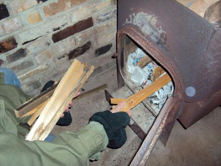 подбрасывать дрова