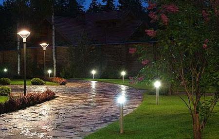 световые столбики на дорожке