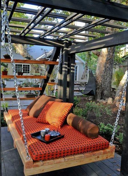 подвешенная скамейка из поддонов