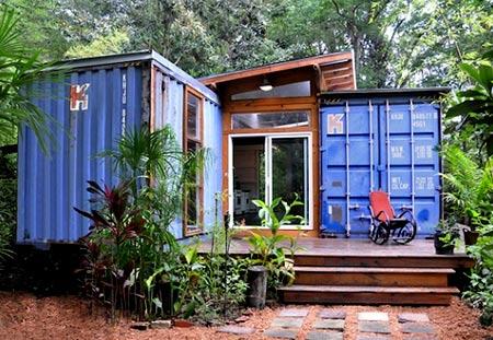синий дом из контейнеров