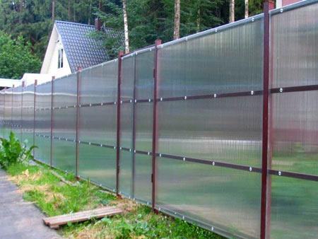 поликарбонат на заборе пропускает свет