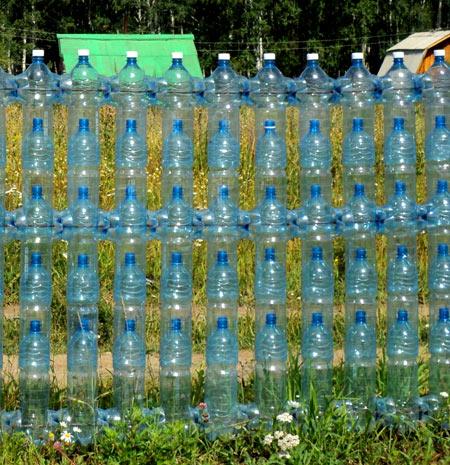 проволка в заборе из пластиковых бутылок