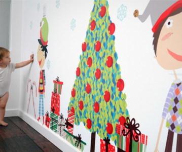 ребенок украшает комнату