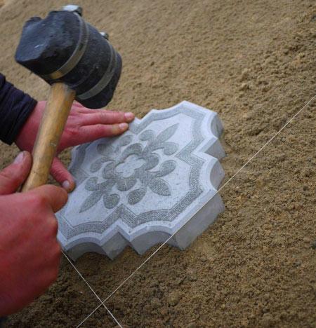трамбовка плитки резиновым молотком