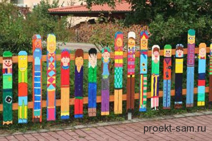красиво разрисованный деревянный забор из штакетника