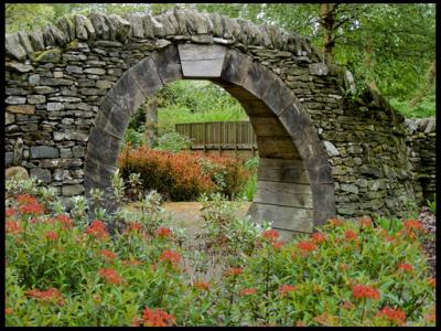 садовая арка из камня и дерева