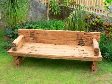 скамейка из поваленного дерева