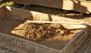 смешивание соломы и глины