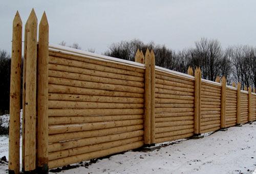 монтаж ограды из бревен
