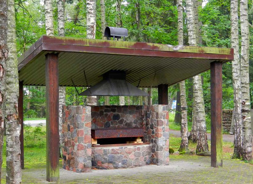 стационарный кирпичный мангал с крышей