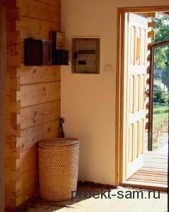 небольшой тамбур в деревянном доме