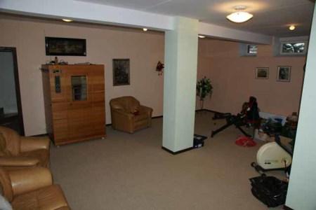 тренажерный зал в цокольном этаже дома