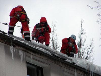 уборка снега промышленными альпинистами
