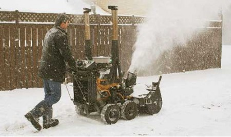 уборка снега вокруг дома