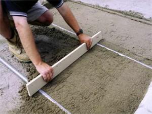 укладка бетонного основания дорожки