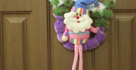 небольшая новогодняя игрушка в коридоре