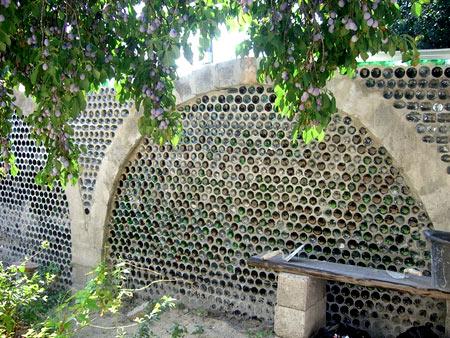 заливка бутылок бетоном в заборе