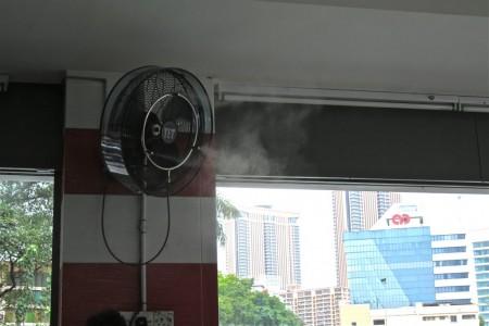 вентилятор распыляет воду