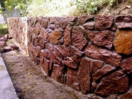 фундамент из красного камня