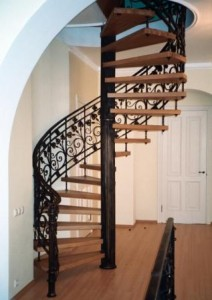 винтовая металлическая лестница с деревянными ступенями