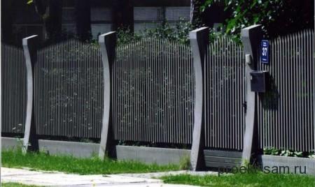 высокий металлический забор