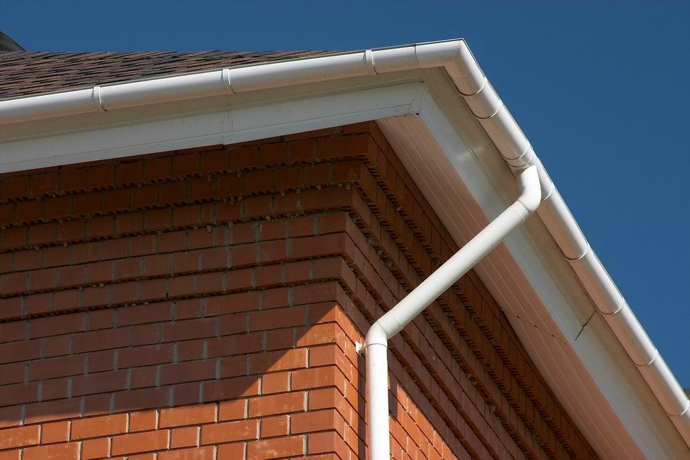 водосток на крыше дома