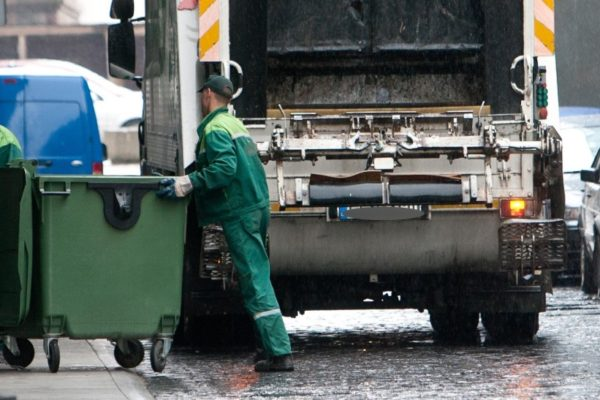 Разгрузка мусорного контейнера