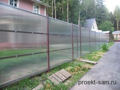 простой забор из поликарбоната