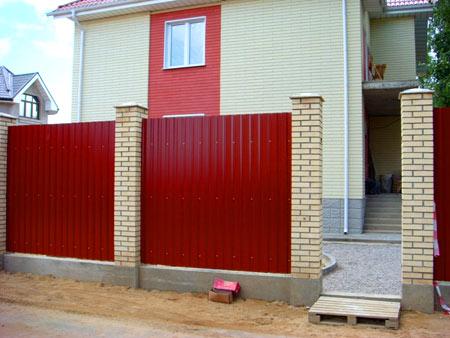 забор из профнастила вокруг дома